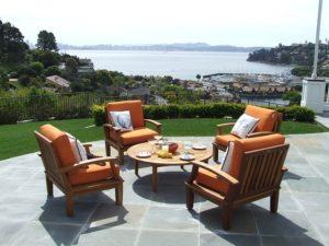 So pflegen Sie Gartenmöbel aus Teakholz richtig.