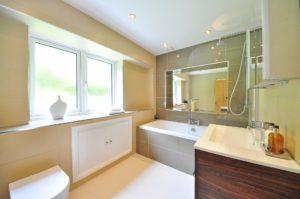 Nach einer Sanierung erstrahlt das Bad in neuem Glanz.