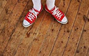 Es gibt unterschiedliche Möglichkeiten, den Terrassenboden zu streichen. Foto MabelAmber via pixabay