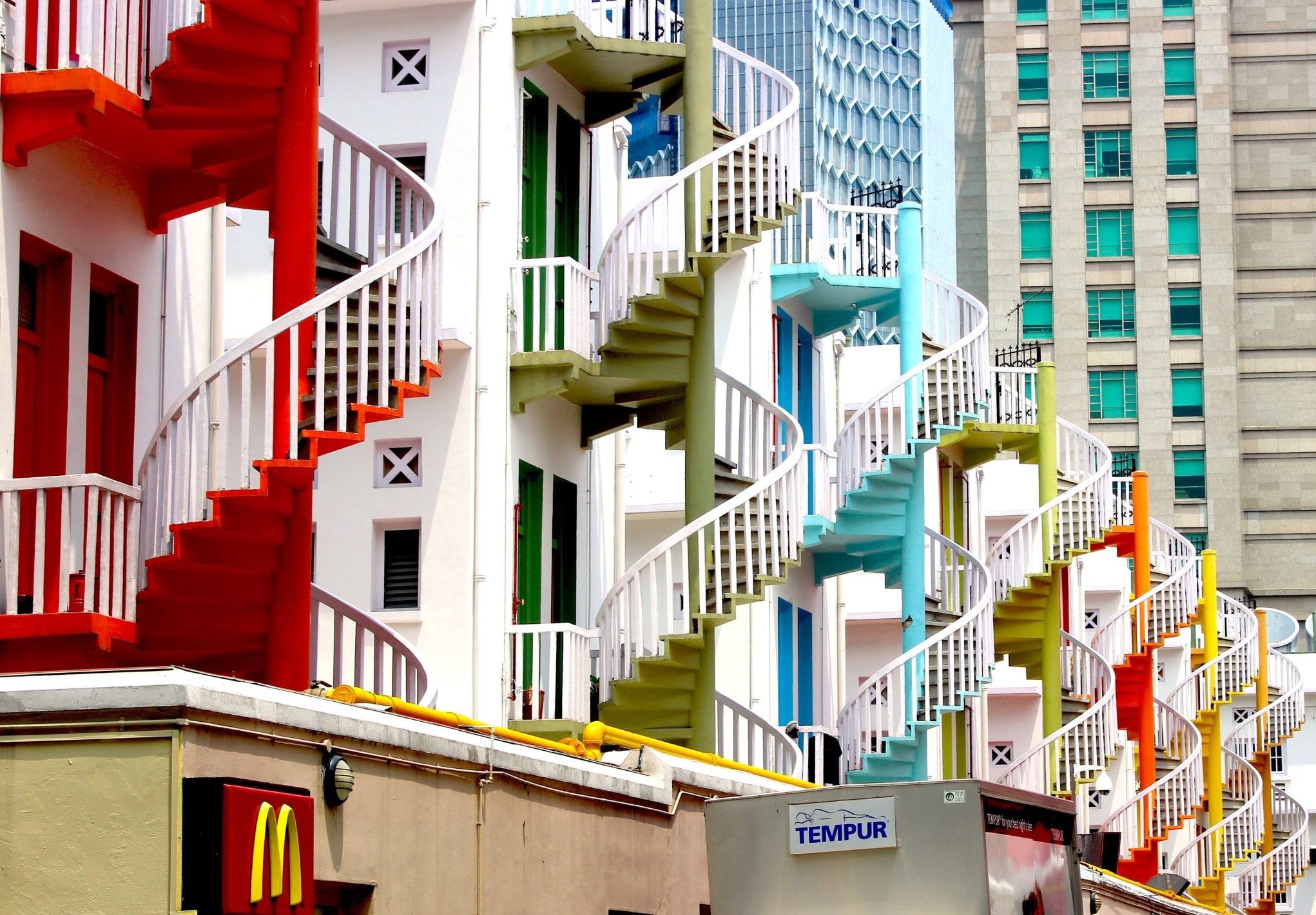 Holz- oder Stahltreppe? Moderne Außentreppen in Singapur. Foto: stanpoh via Twenty20