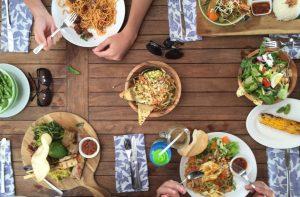 Ein schön aufgearbeiteter Holztisch lädt zu kulinarischen Genüssen ein. maggiethornton via Twenty20